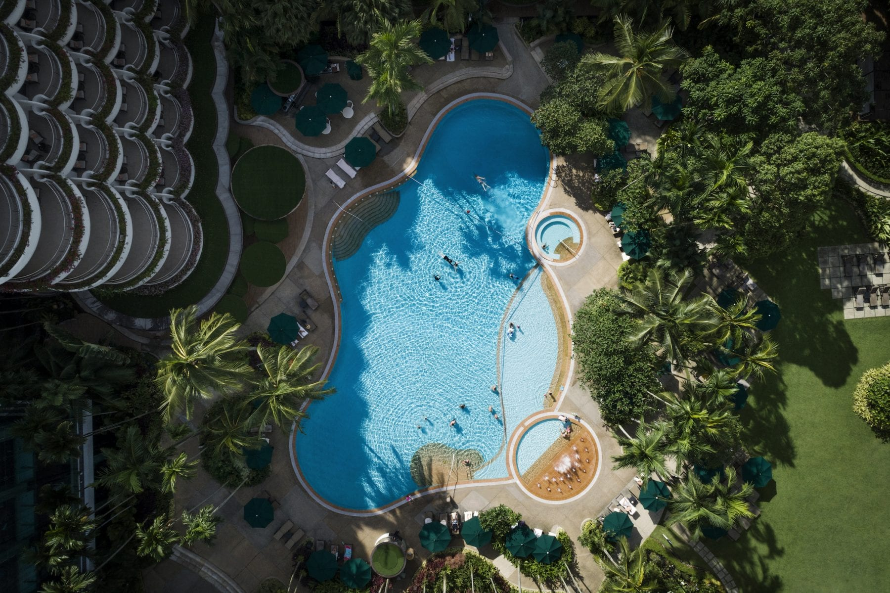https://uluxeimages.uniqluxe.com/2020/07/shangrila-singapore-swimming-pool-top-view-1-scaled.jpg
