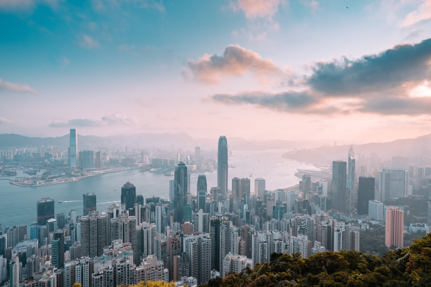 https://uluxeimages.uniqluxe.com/2020/10/hong-kong-skyscraper-victoria-peak-luxury-travel-uniq-luxe.jpg